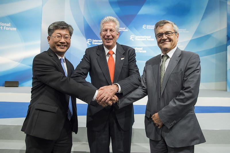 Incoming ITF Secretary-General Young Tae Kim (on the left) with Mexico's Secretary of Communication and Transport, Gerardo Ruíz Espárza (centre), and outgoing ITF Secretary-General José Viegas after his election on 20 May 2017