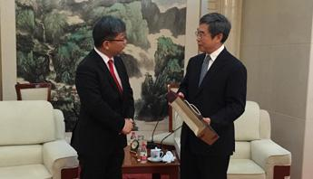 Young Tae Kim with China's Vice Minister of Transport Dongchang Dai