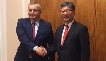 Young Tae Kim with Polish Minister Andrzej Adamczyk